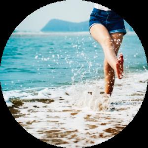 Chica en una playa enseñando las piernas