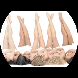 Mujeres con los pies en alto