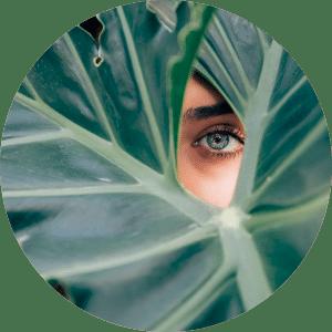 Ojo de una mujer enseñando ceja muy definida y depilada